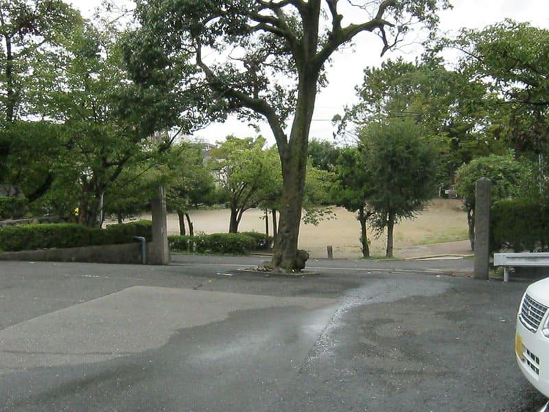 本厳寺霊苑の入口と駐車場