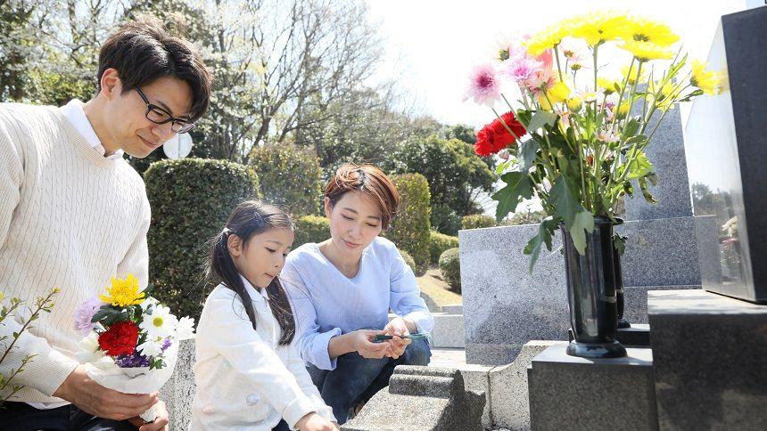 【鵯越墓地】お墓参りする家族