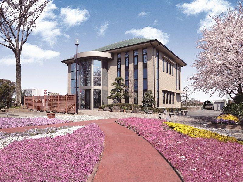 かすかべ東霊園 美しい芝桜と管理棟