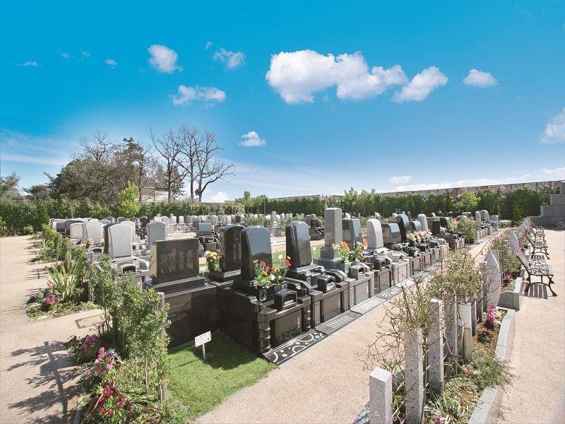 メモリアルパーク天空の杜 花や木が囲む墓域