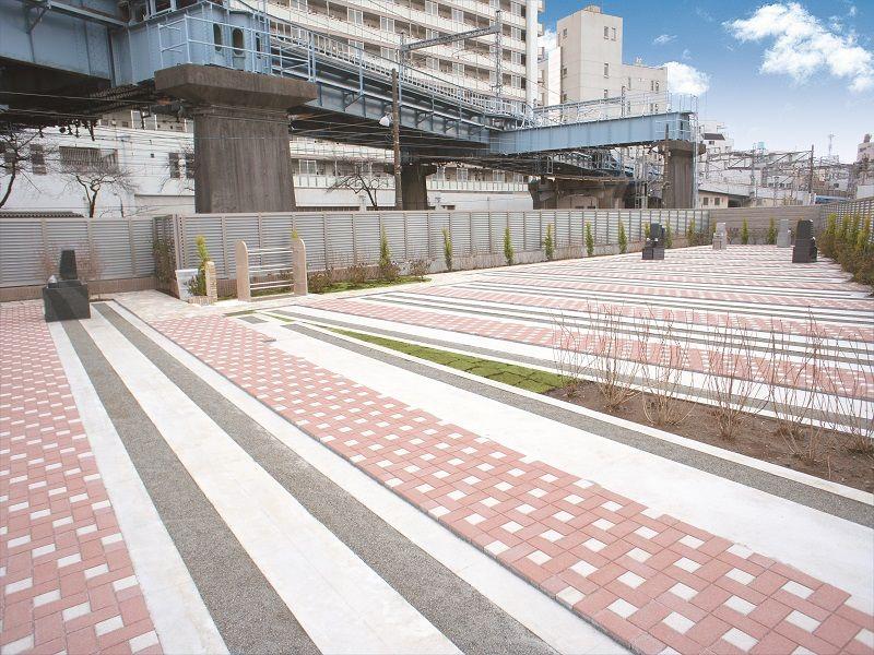 メモリアルステーション南千住 石畳が美しい園内