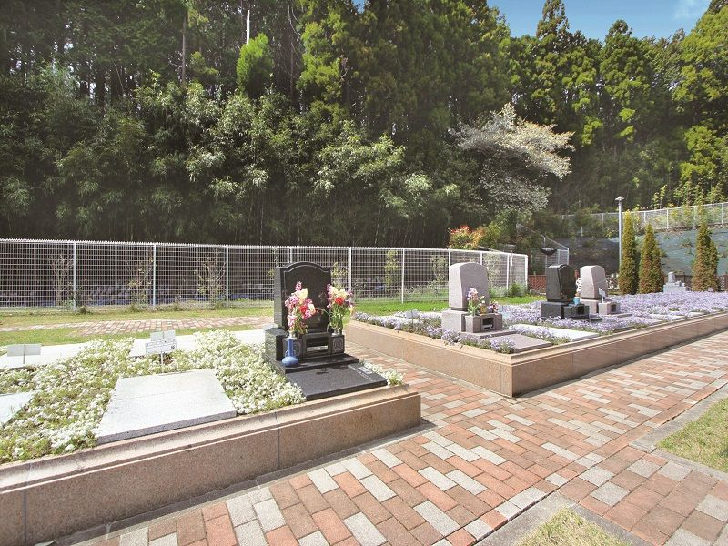 メモリアルスクエア佐倉 花が供えられた洋型墓石