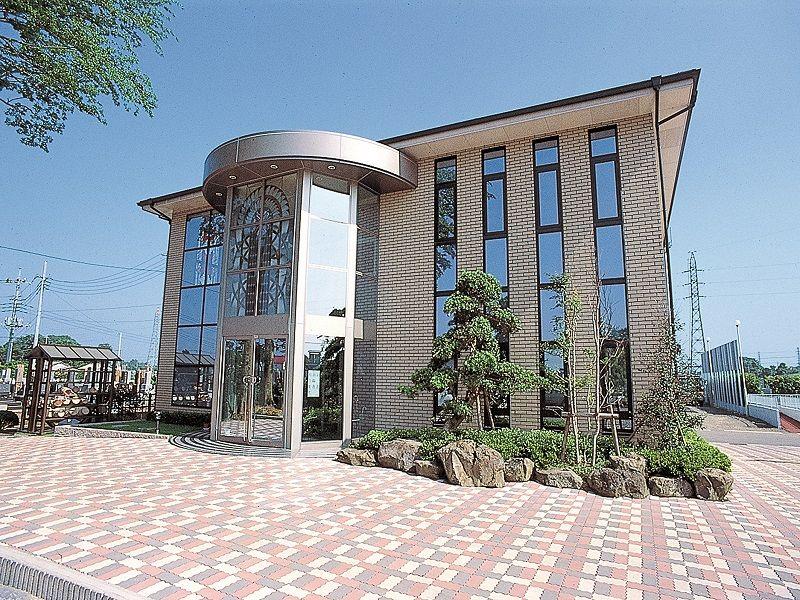 かすかべ東霊園 綺麗な管理棟全景