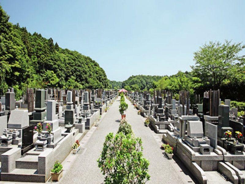 白井メモリアルパーク 植栽のあるメイン参道