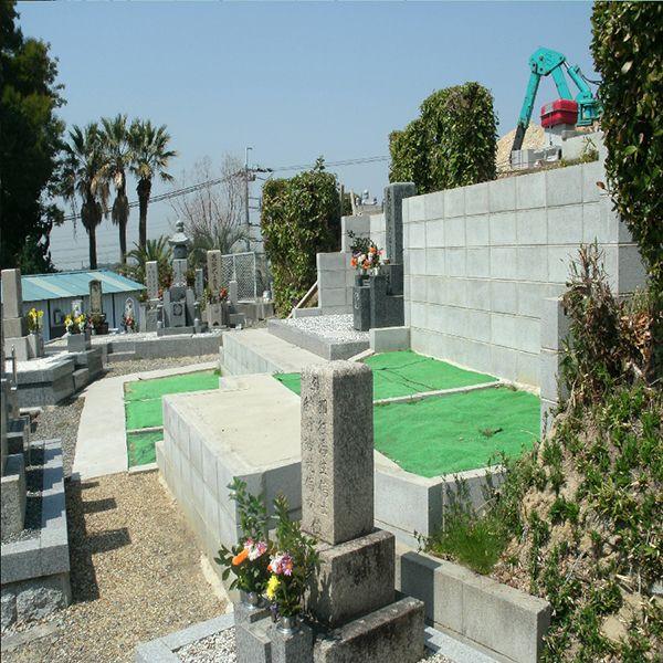 泉南中村区霊園 花が添えられた墓石