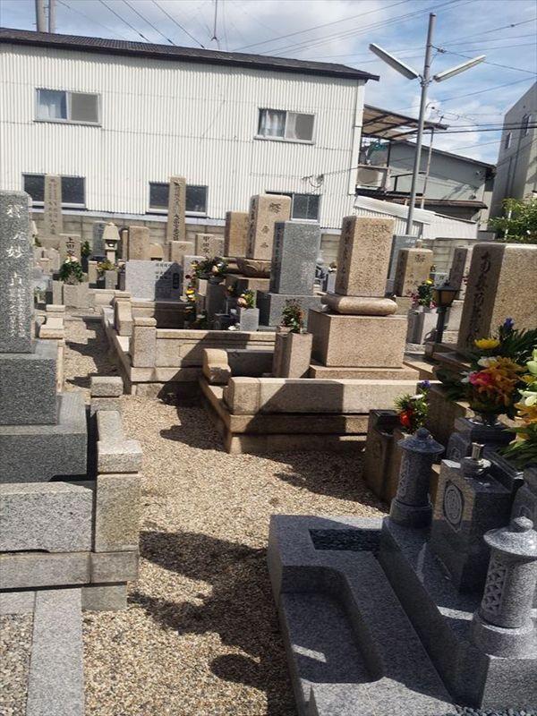 森河内墓地 花が添えられた墓石