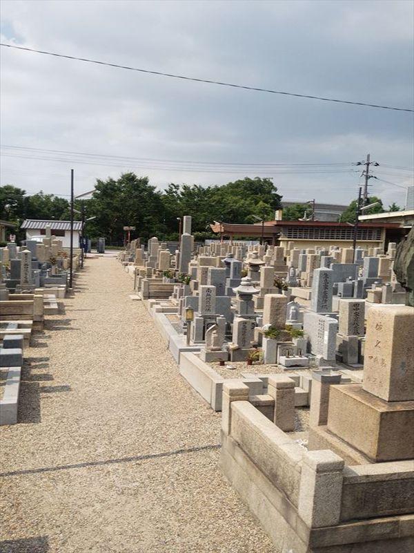 東大阪市営 小阪墓地 様々な色の墓石