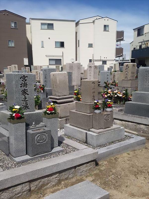 茨田大宮墓地 花が添えられた墓石
