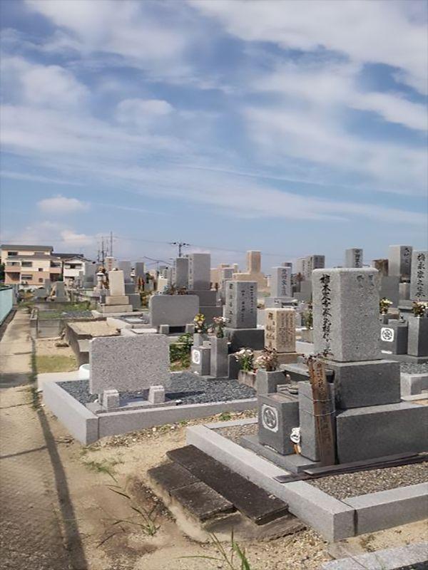 招堤共同墓地 様々な墓石が混在する墓域