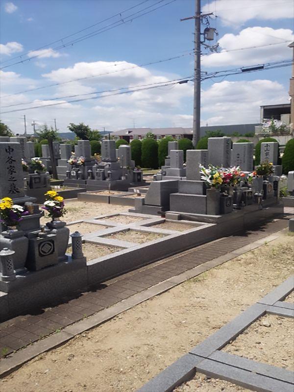 枚方招提墓地 花が供えられた墓石