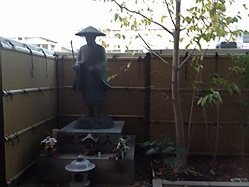 専光寺墓苑にある親鸞聖人像